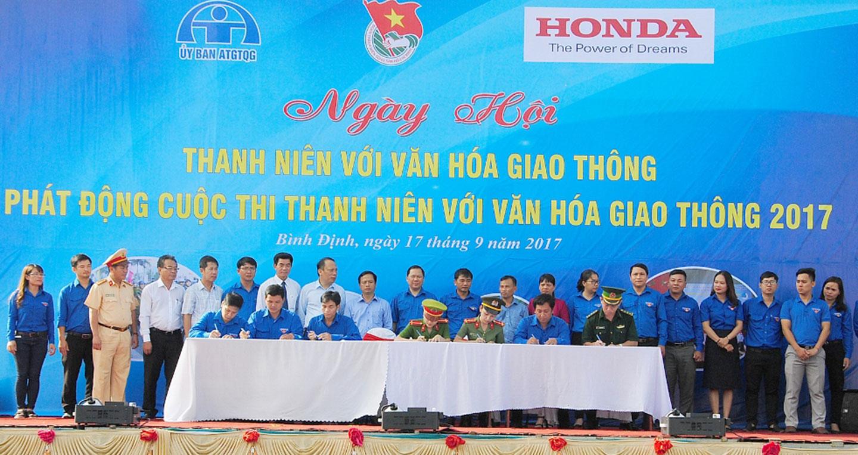 dai-dien-lanh-dao-dia-phuong-ki-ket-huong-ung-tham-gia-cuoc-thi-tn-voi-vhgt.jpg