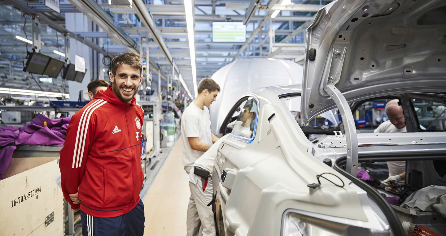 bayern-munchen-players-receive-their-new-audi-models-3.jpg