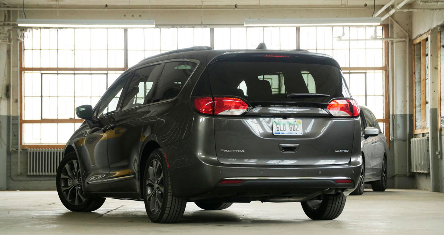 2017-chrysler-pacifica-vs-2018-honda-odyssey-1-1.jpg