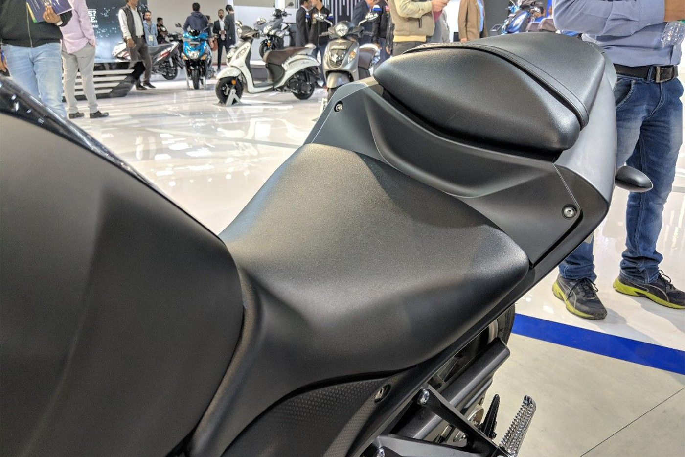 2018-yamaha-yzf-r3-black-seats-at-2018-auto-expo.jpg
