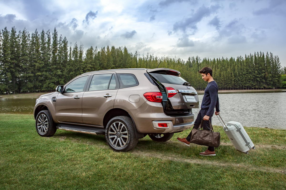 facelifted-ford-everest-facelifted-ford-endeavour-gesture-tailgate.jpg