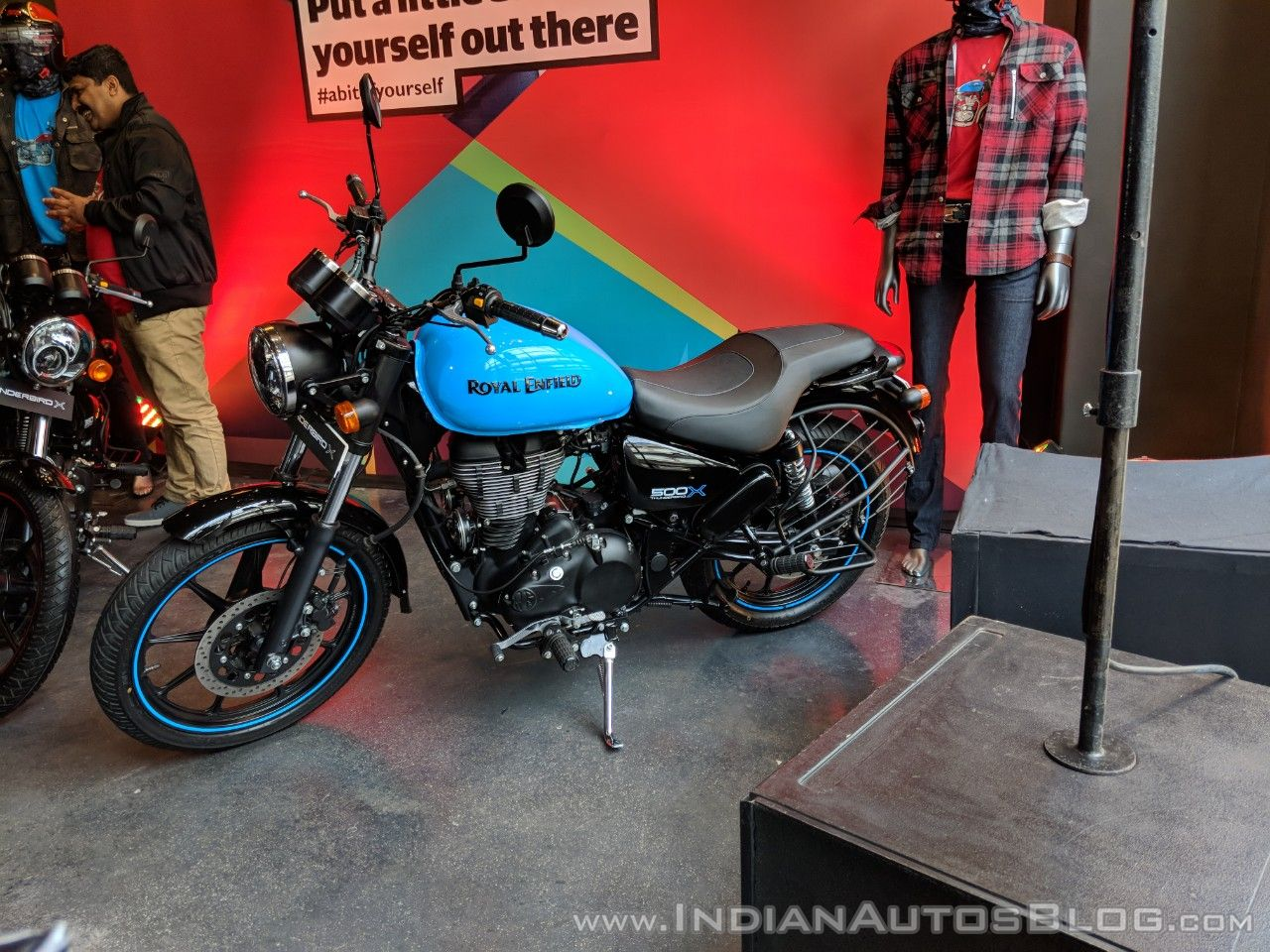 royal-enfield-thunderbird-500x-blue-left-side-india-launch-1.jpg