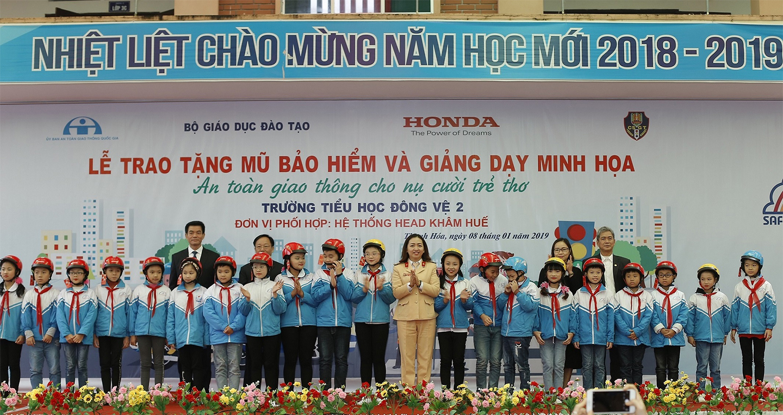 4-dai-dien-ban-to-chuc-trao-tang-tuong-trung-20-mu-bao-hiem-cho-cac-em-hoc-sinh.JPG