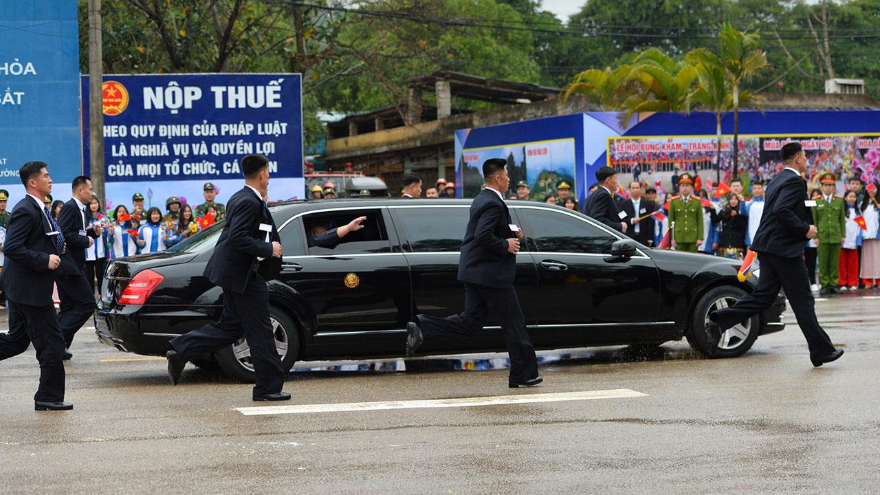 """12 vệ sỹ chạy bộ theo """"lá chắn thép"""" Mercedes-Benz S600 Pullman Guard của ông Kim Jong Un"""