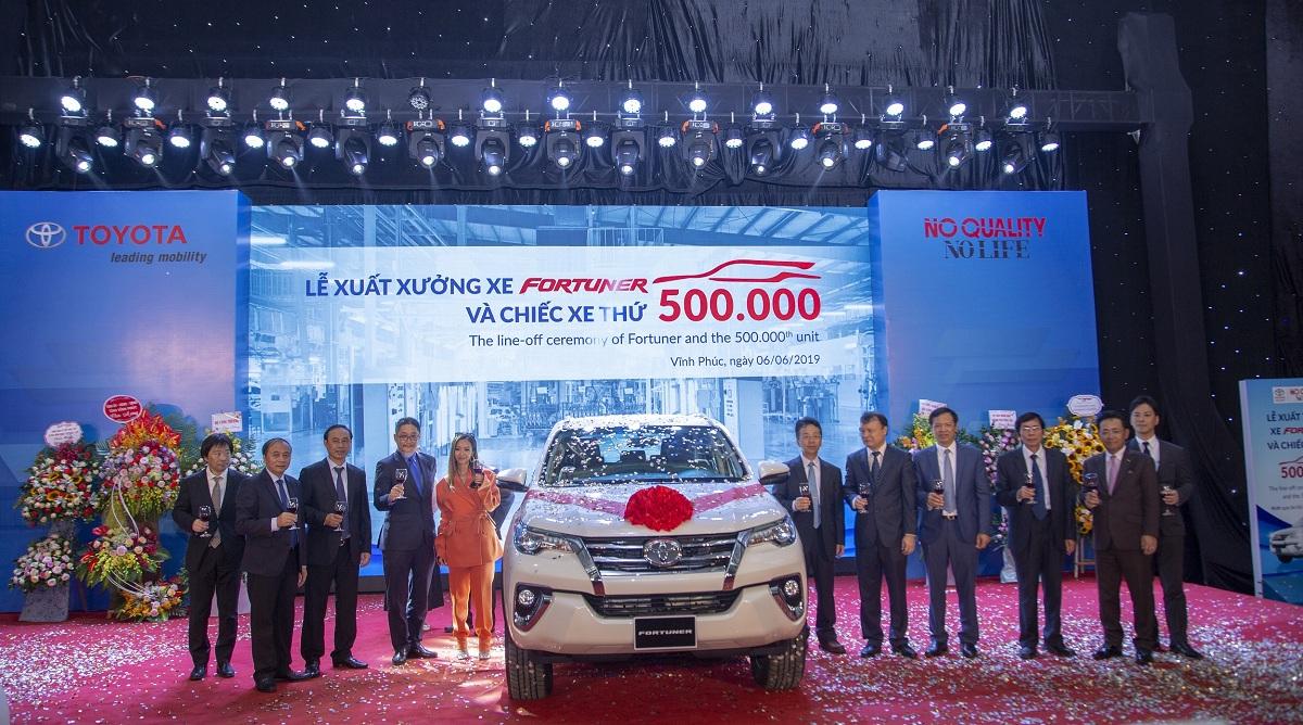 le-xuat-xuong-500k-xe-va-fortuner.JPG