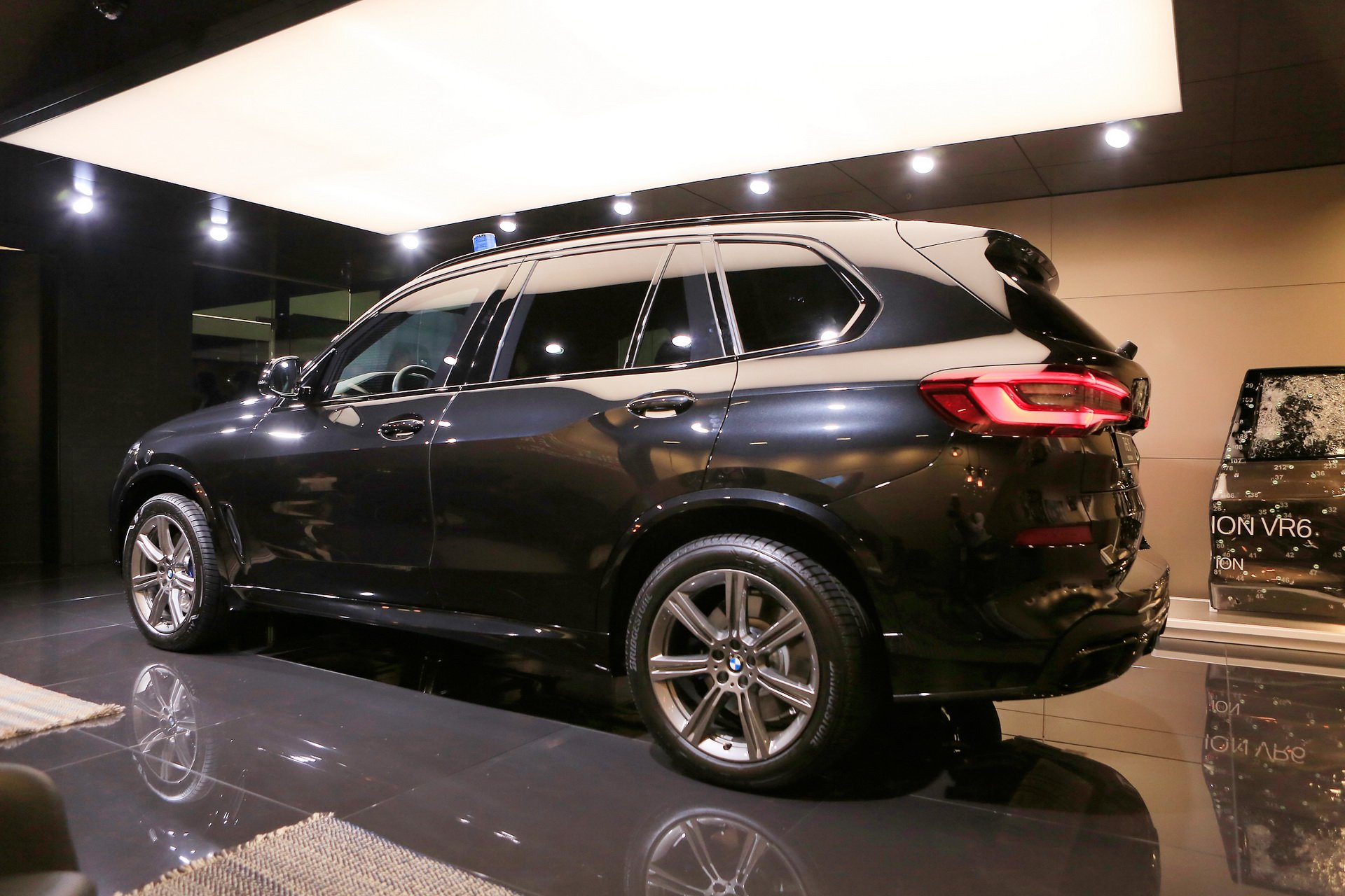 e8add95a-bmw-x5-protection-iaa-livepics-3.jpg