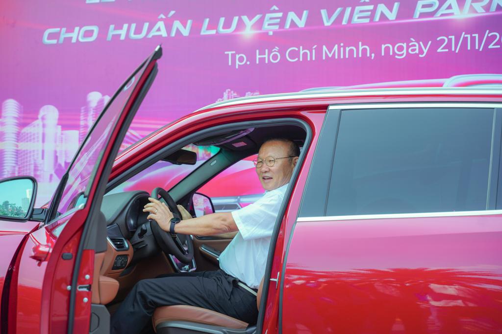 VinFast tặng xe Lux SA2.0 phiên bản cao cấp cho HLV Park Hang-seo - 3