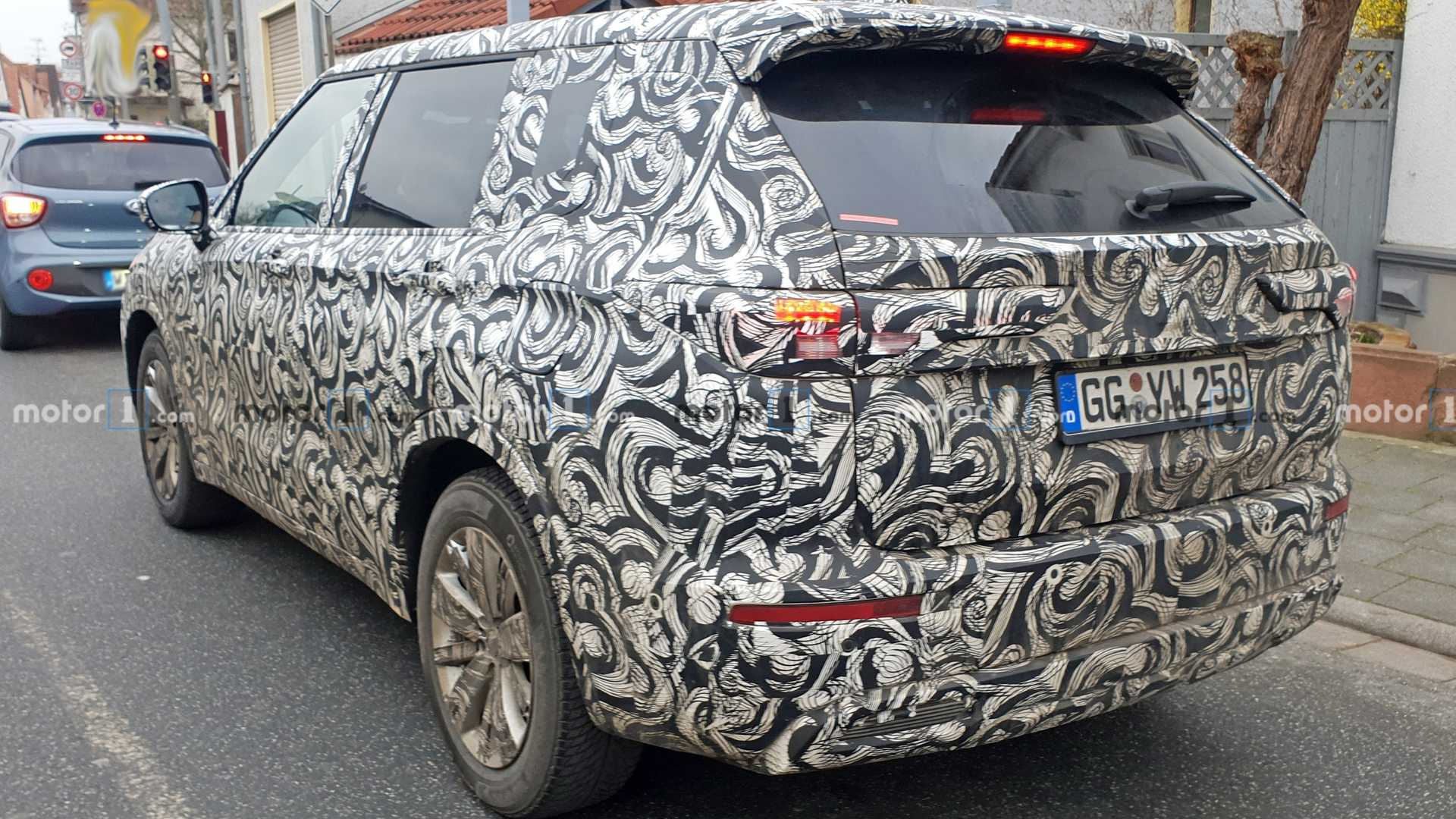 2021-mitsubishi-outlander-spy-photos-2.jpg