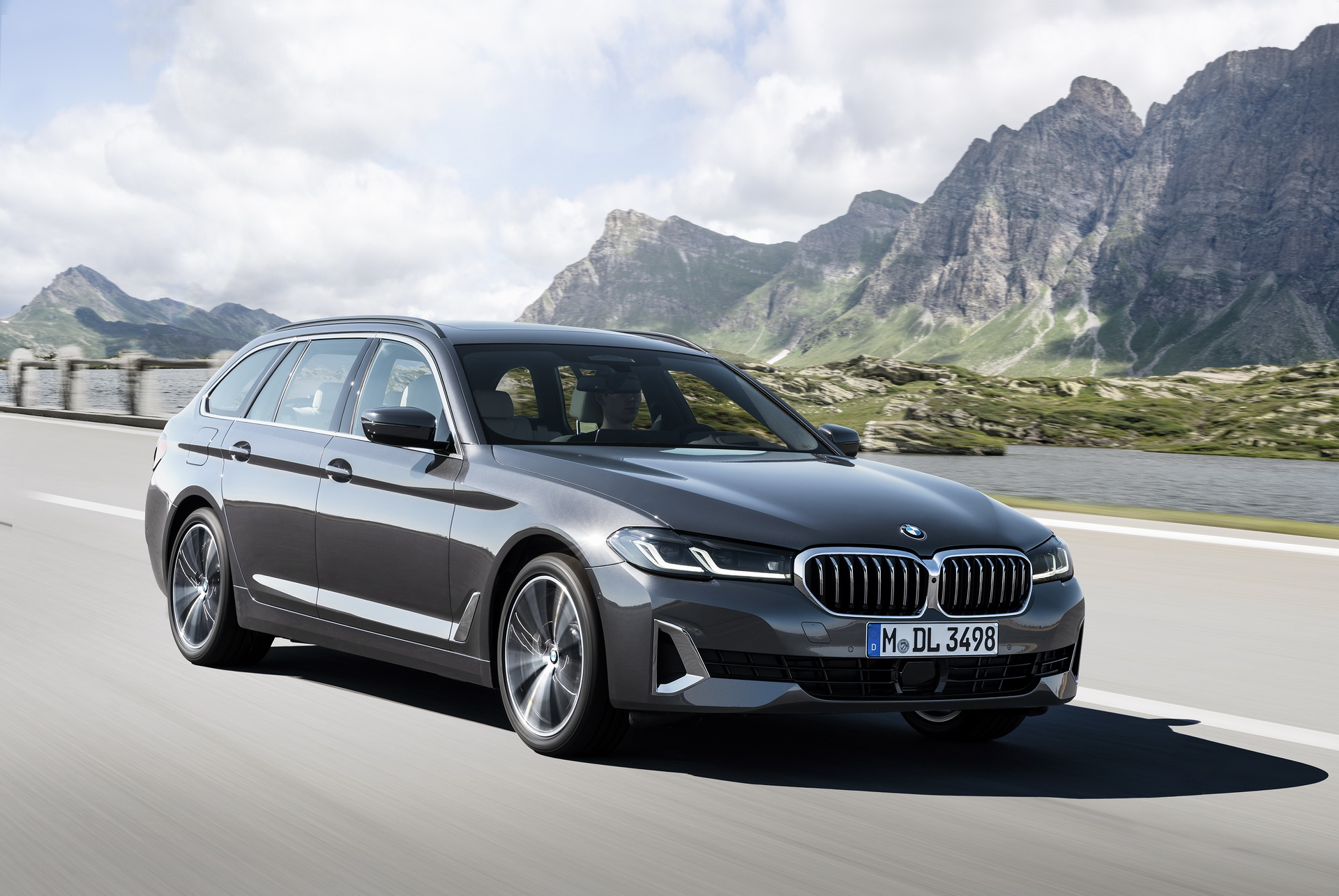 2021-bmw-5-series-touring-1.jpg