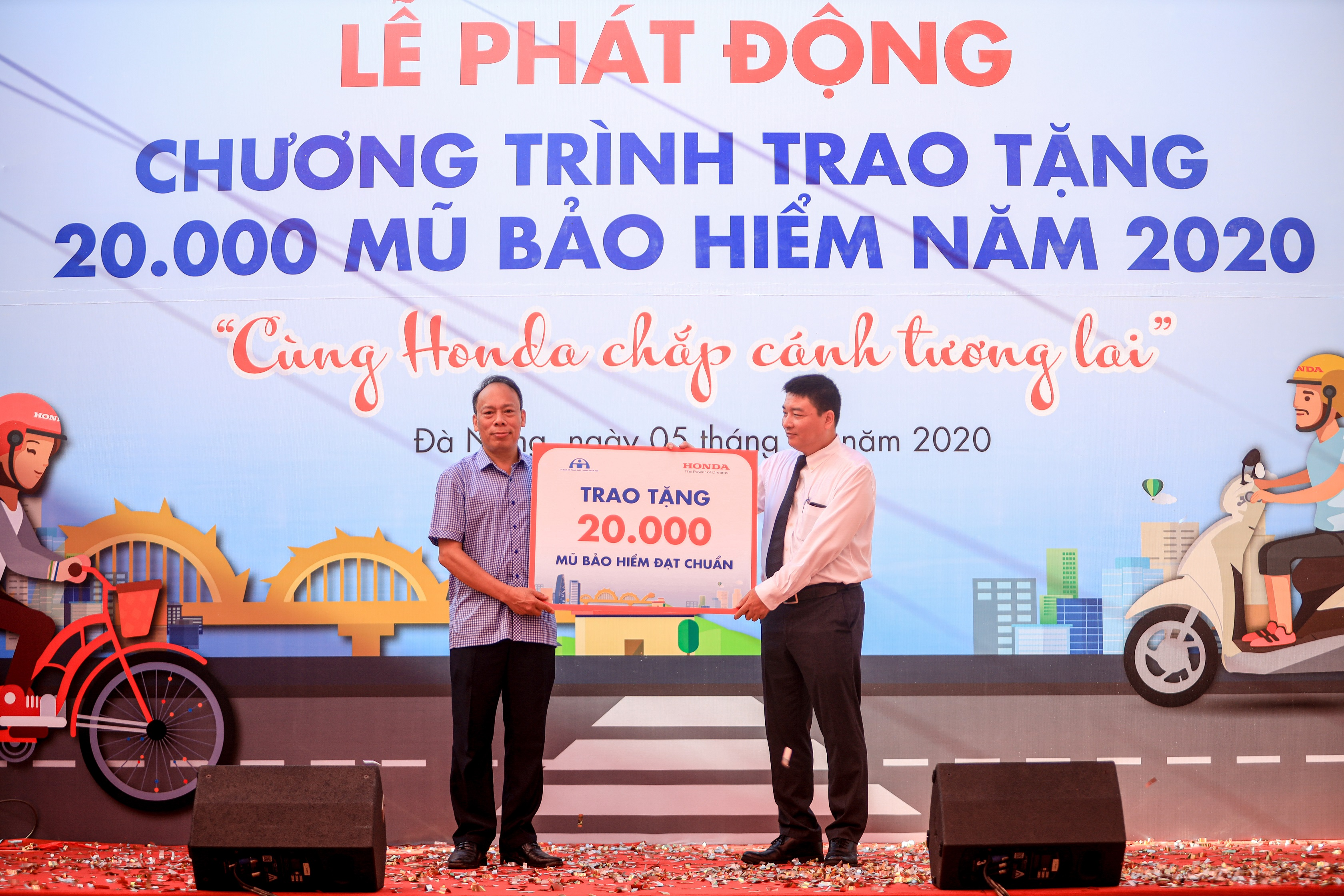 2-honda-vn-phoi-hop-voi-uy-ban-atgt-quoc-gia-trao-tang-20000-mu-bao-hiem-trong-nam-2020.jpg