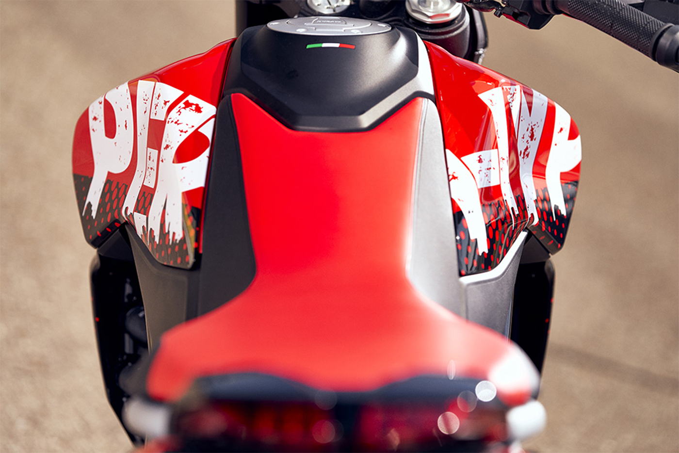 2020-ducati-hypermotard-950-rve-low-res-17.jpg