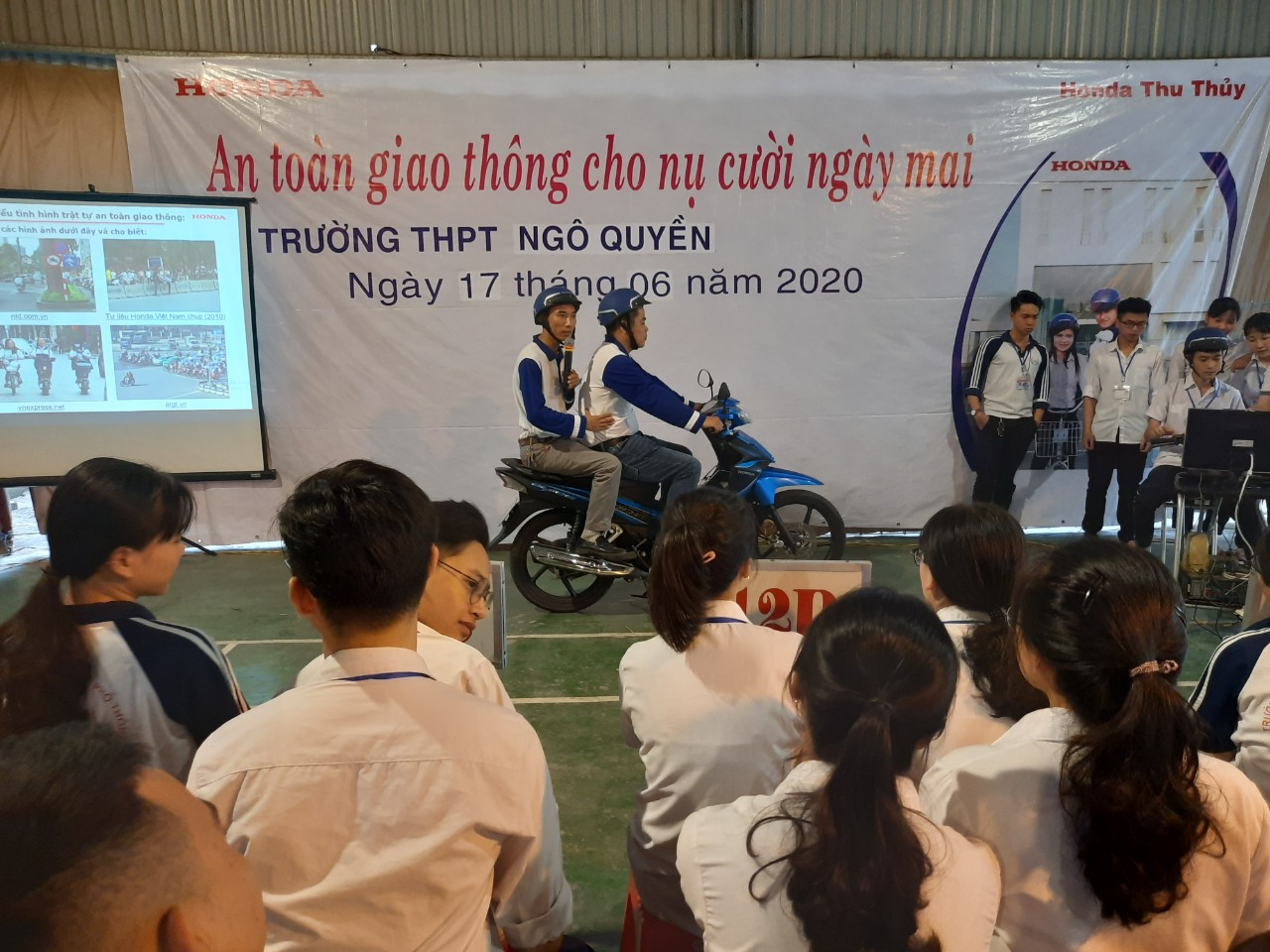 18003-huong-dan-ngoi-tren-xe-may-an-toan.jpg