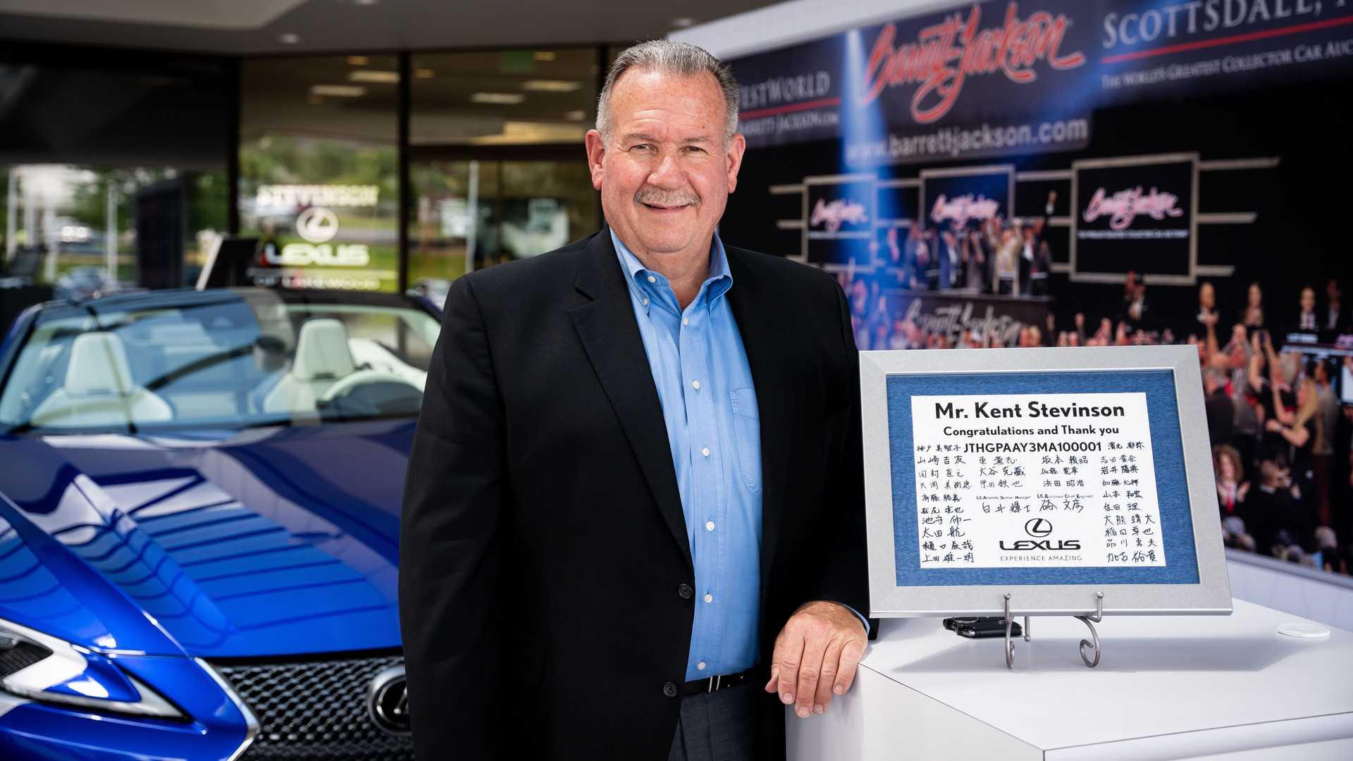 Chiếc Lexus LC 500 Convertible 2021 giá 2 triệu USD được giao đến tay khách hàng