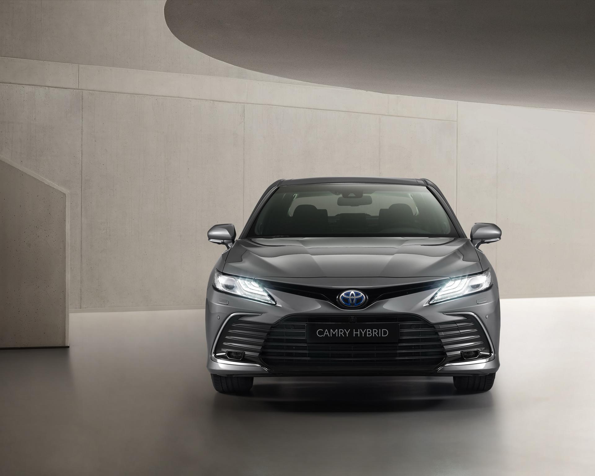 Toyota Camry Hybrid 2021 ra mắt: Nâng cấp về thiết kế và trang bị