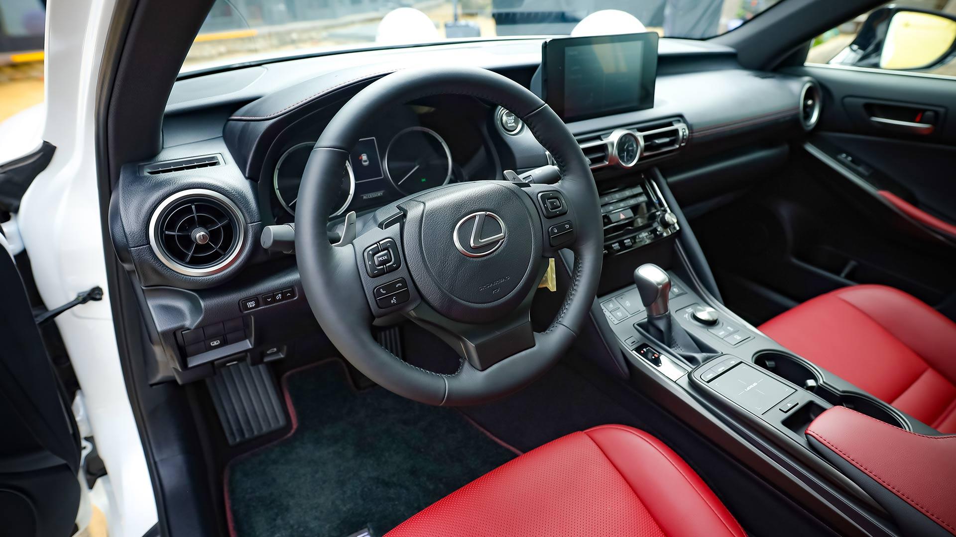 Lexus IS 2021 ra mắt tại Việt Nam với 3 phiên bản, giá từ 2,13 tỷ đồng lexus-is300-noi-that.jpg