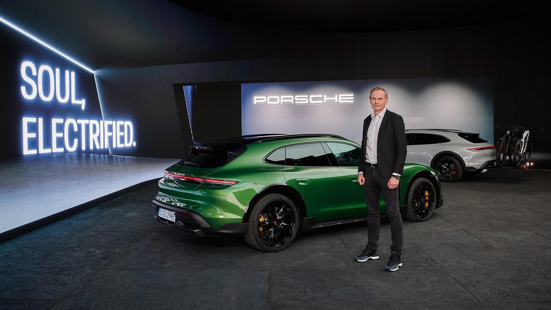 Porsche Taycan Cross Turismo có giá từ hơn 5 tỷ đồng tại Việt Nam Chủ tịch Hội đồng quản trị của Porsche AG, ông Oliver Blume tại buổi ra mắt toàn cầu của phiên bản Taycan Cross Turismo tại Munich.jpg