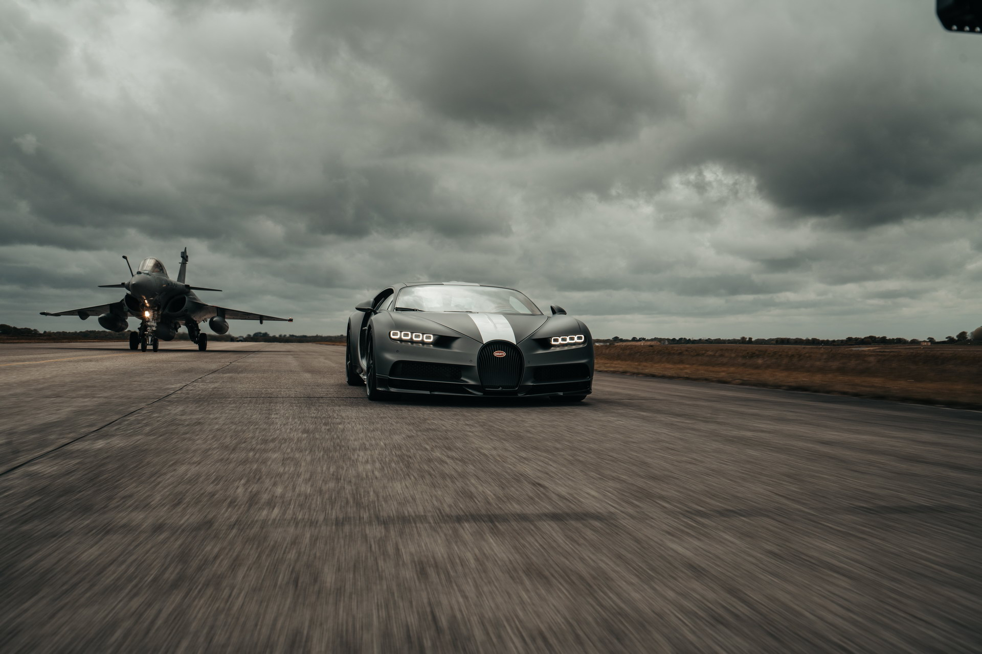 Bugatti Chiron Sport vs Dassault Rafale Jet Fighter - SIÊU XE 1,480 HP vs CHIẾN ĐẤU CƠ 5,646 HP