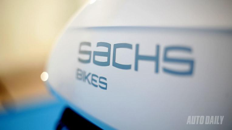 Làm dáng với Sachs Amici