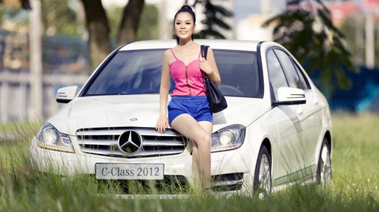 """Sao"" quyến rũ bên xe Mercedes-Benz"