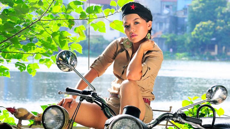 """""""Bộ đội"""" Thái Thùy Linh bên Sidecar"""