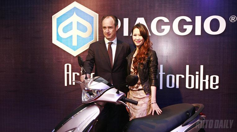 Dương Thùy Linh quyến rũ bên Piaggio Fly