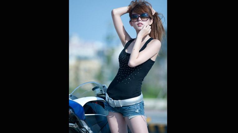 Khoe ngực bên siêu môtô