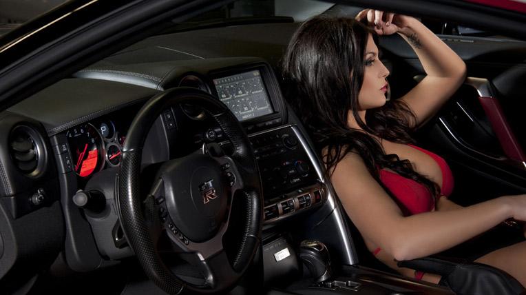 Ngắm người đẹp bên Nissan GT-R độ