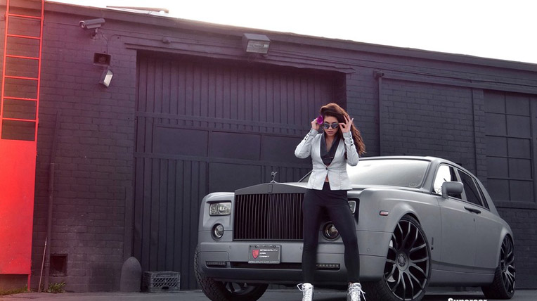 """Chân dài quyến rũ bên Rolls-Royce Phantom màu """"độc"""""""