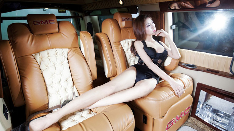 Mãn nhãn với chân dài khoe đường cong bên xế hộp