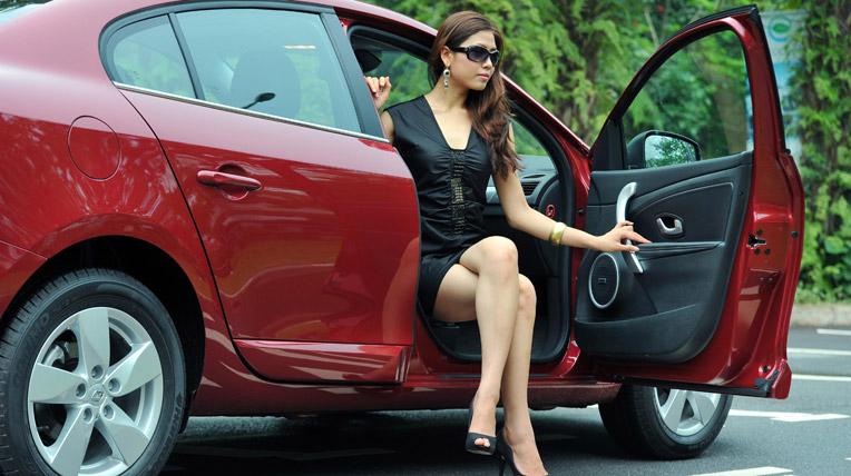 Hoa hậu biển Nguyễn Thị Loan khoe dáng bên xe Renault