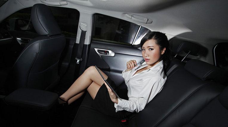Gái công sở quyến rũ bên Lexus CT200h