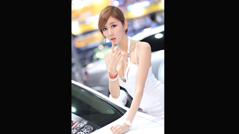 Chân dài nhí nhảnh tại triển lãm xe độ xứ Hàn (1)