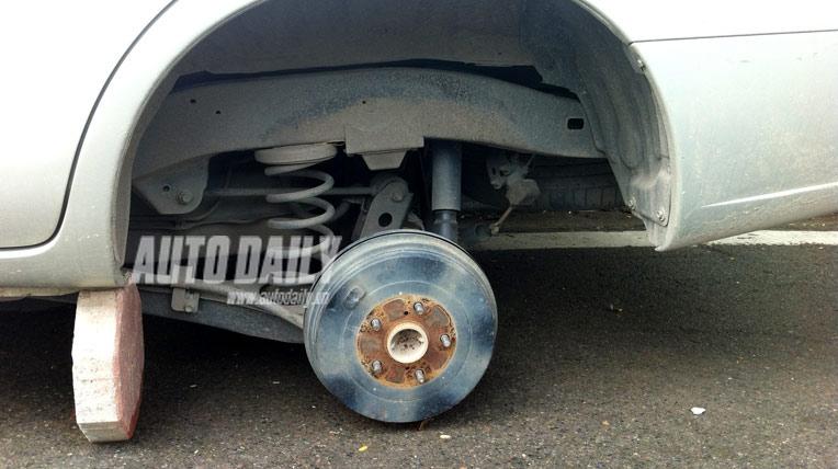 """Toyota Innova bị trộm """"chôm"""" bánh giữa thủ đô"""