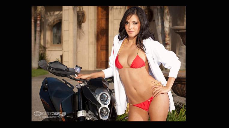 """Bikini khiến 2009 KTM Duke 690 """"xiêu lòng"""""""