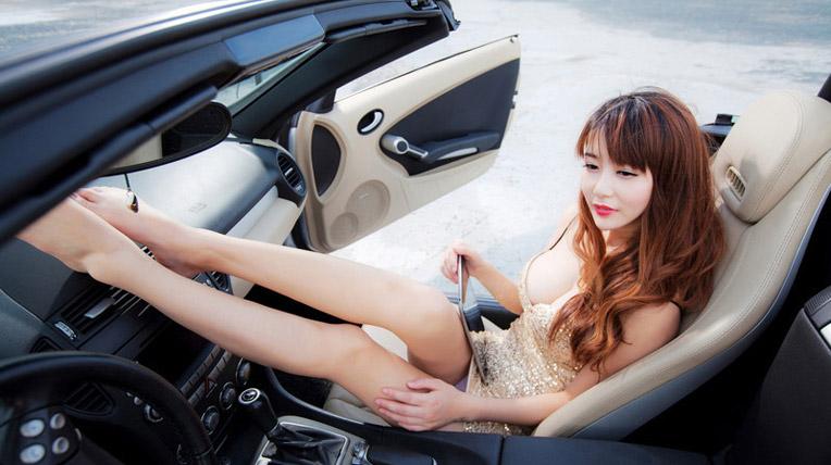 Chân dài khoe đường cong quyến rũ bên xe sang