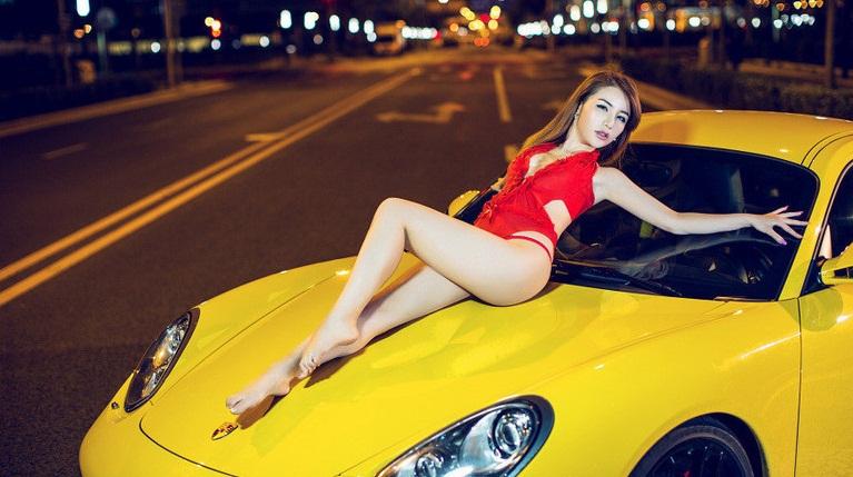 Chân dài khoe đường cong nóng bỏng bên xe Porsche