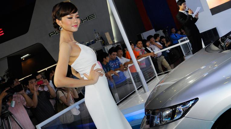 Mẫu xinh khoe sắc tại Triển lãm Ôtô Việt Nam 2012 (2)