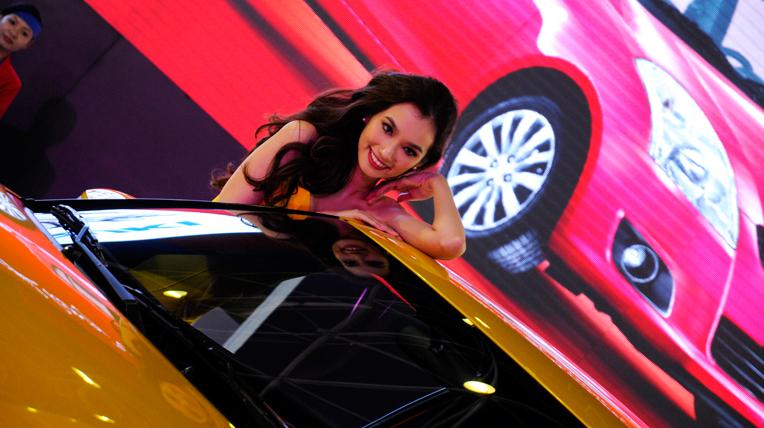 Mẫu xinh khoe sắc tại triển lãm ôtô Việt Nam (1)