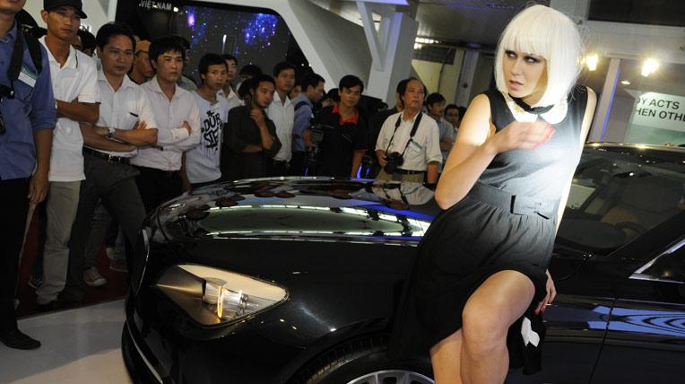 """Nét hút hồn của mẫu """"ngoại"""" tại triển lãm ôtô Việt Nam"""