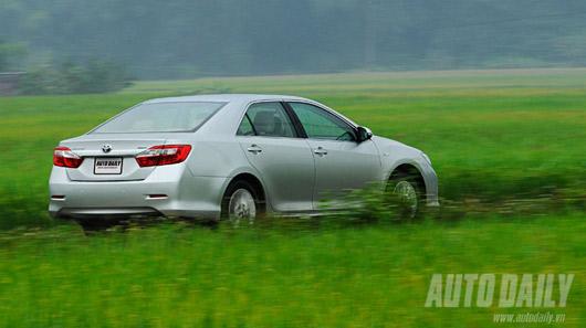 """Toyota Camry 2.0E """"áp đảo"""" Altis 2.0 và Civic 2.0 - 1"""