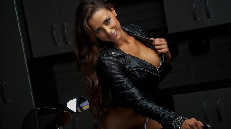 """Người mẫu sexy """"đốt cháy"""" siêu mô-tô"""