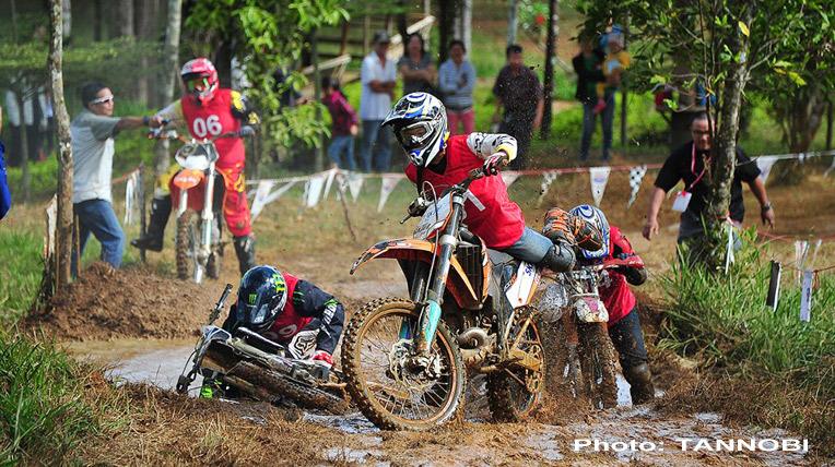 Hình ảnh khốc liệt của giải đua mô tô địa hình tại Việt Nam