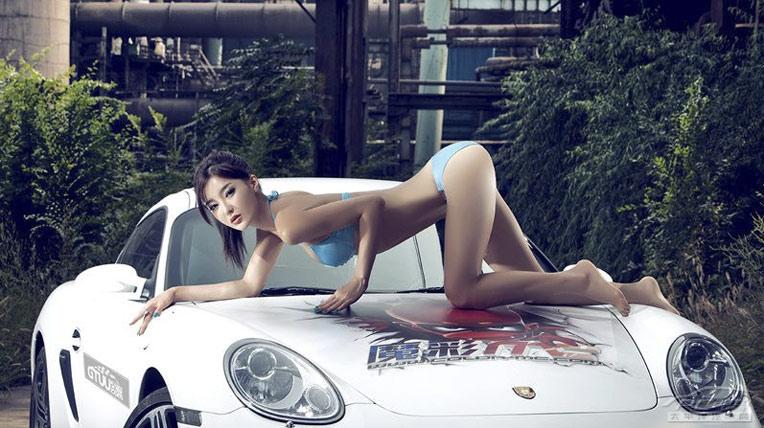"""Mỹ nữ làm """"tan chảy"""" Porsche Cayman"""
