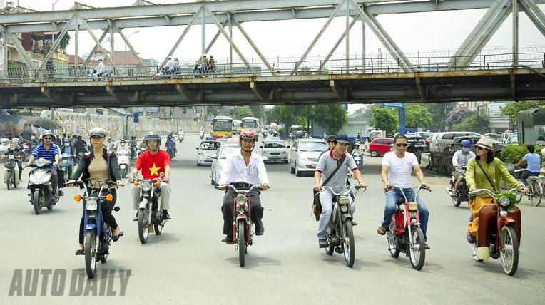 """""""Cưỡi"""" Mobylette từ Sài Gòn ra thăm thủ đô"""
