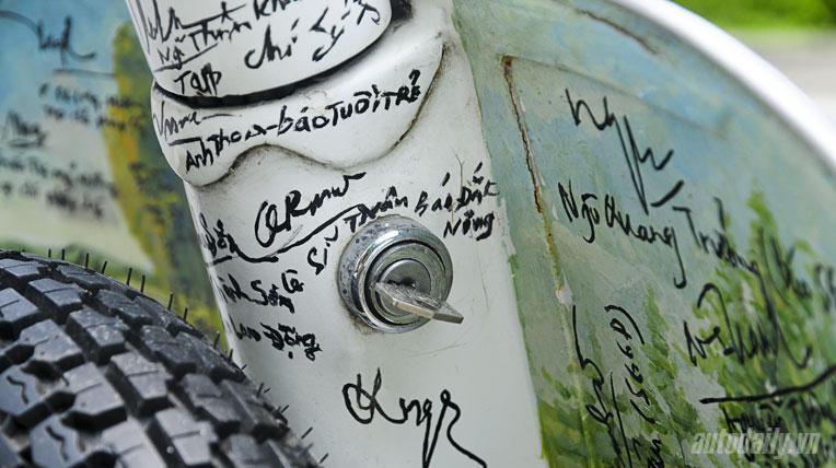 """Chiếc Vespa """"độc"""" với 800 chữ ký của các nhà báo"""