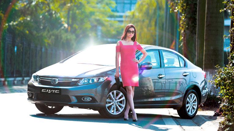 Trương Tùng Lan khoe dáng bên Honda Civic